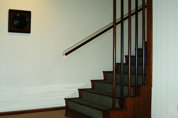 岸クリニック2階への階段